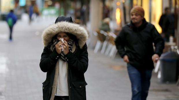 Una joven se suena la nariz en el Centro de Córdoba