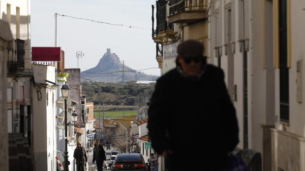 Vecinos en una calle de Peñarroya-Pueblonuevo