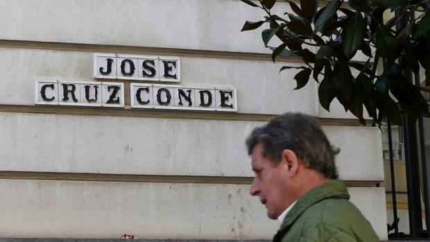 Un ciudadano pasa por delante del rótulo de la calle Cruz Cond