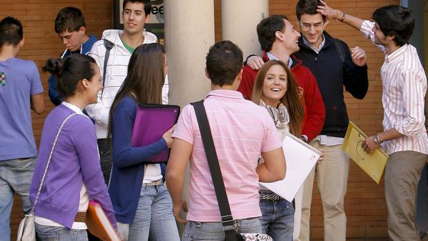 Alumnos de la Facultad de Derecho de la UCO, en un descanso entre clases en el patio