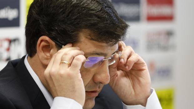 Jesús León se ajusta las gafas en una comparecencia antterior