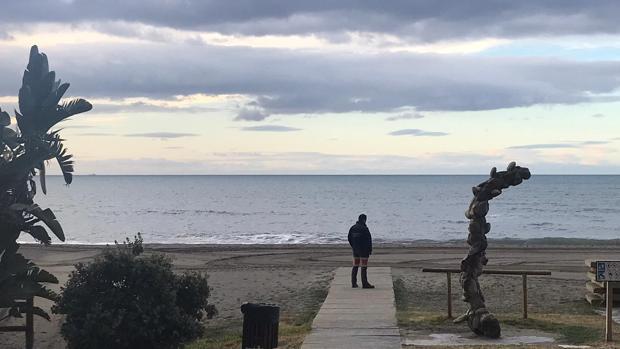 Uno de los mineros espera junto al mar a ser activado