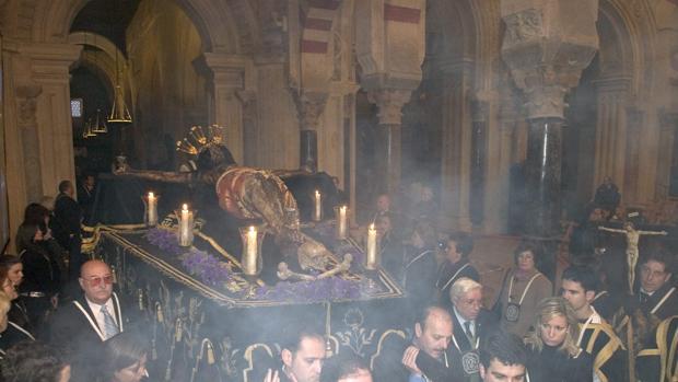 El Santísimo Cristo del Remedio de Ánimas preside el Vía Crucis de la Agrupación de Cofradías