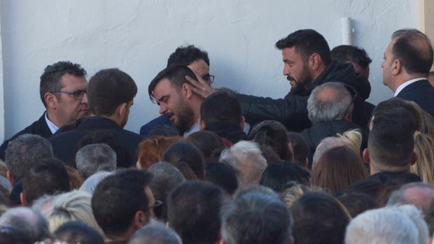 El padre de Julen, roto a la salida del funeral