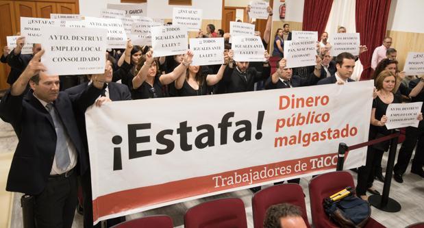 Protesta de los trabajadores de Tanatorios de Córdoba, durante un Pleno