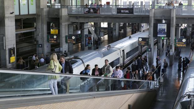 Viajeros recién llegados a Córdoba a través de uno de los trenes AVE
