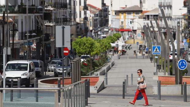 Una mujer camina por el Centro de Córdoba
