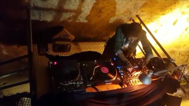 DJ en la mesa de mezcla del concierto organizado en la Cueva del Ángel de Lucena