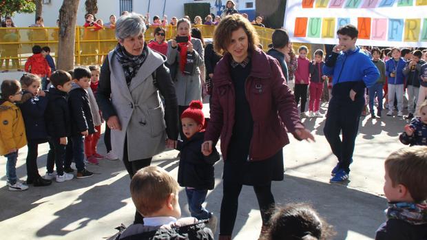 El pequeño Luis Alfredo visita a los niños del colegio de Lucena que han ayudado para su operación en España