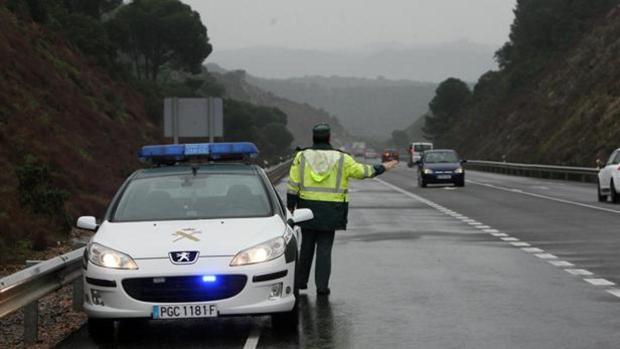 Un agente controlando el tráfico en una foto de archivo