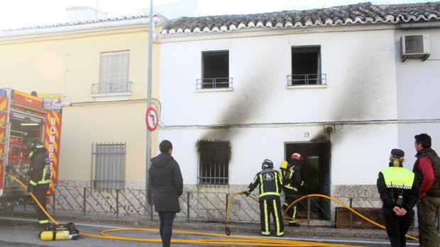 Los bomberos, durante su intervención en Baena