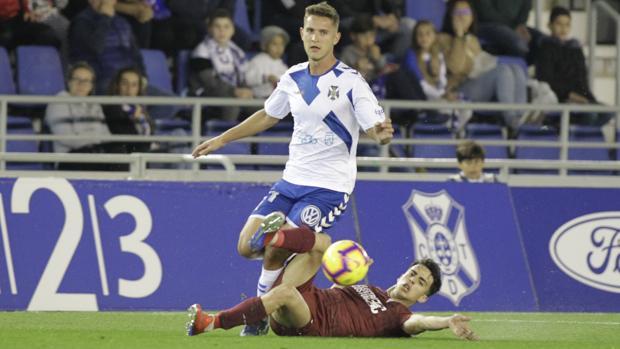 El centrocampista Álvaro Aguado va al suelo en el Tenerife-Córdoba en su vuelta al equipo tras lesión