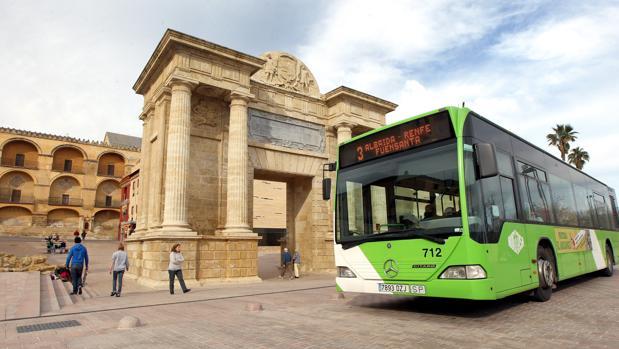Un autobús de Aucorsa a su paso por la Puerta del Puente