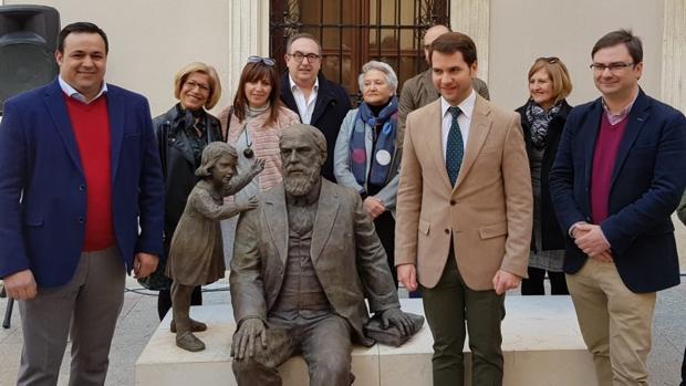 El alcalde de Cabra junto a la nueva estatua de Martín Belda