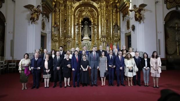 Foto de familia de la entrega de medallas a las Bellas Artes en Córdoba