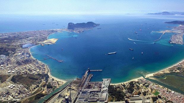 Imagen panorámica de la Bahía de Algeciras, con Gibraltar al fondo