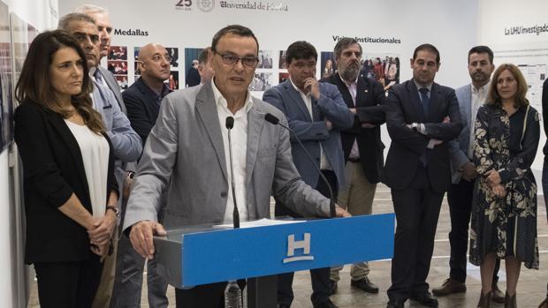 El presidente de la Diputación onubense, Ignacio Caraballo (en primer plano), en un acto