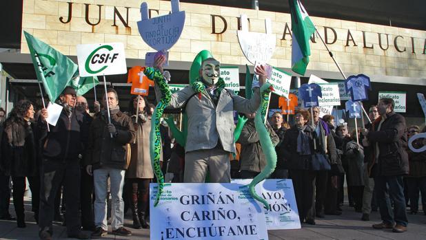 Concentración de funcionarios contra el «enchufismo» de la Junta en 2012