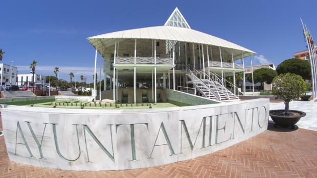 Fachada del Ayuntamiento costero onubense