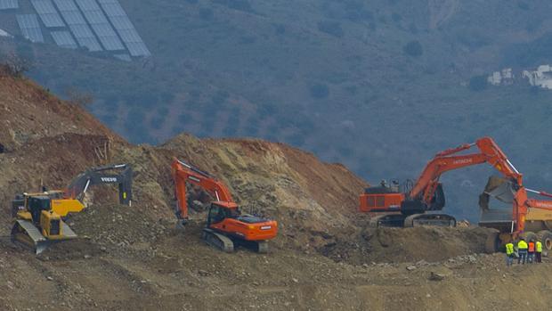 Maquinaria desplegada en el cerro de la Corona, junto al pozo donde cayó Julen Roselló