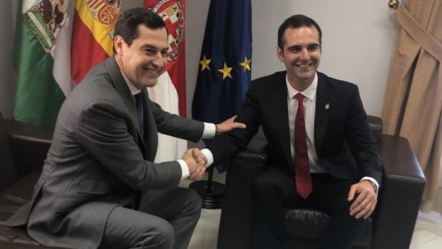 Juanma Moreno y Ramón Fernández-Pacheco durante su primer encuentro institucional en Almería.