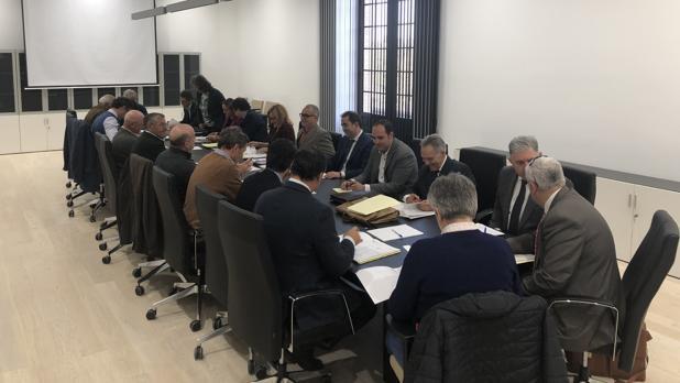 Imagen de la reunión que tuvo lugar el jueves 21 para tratar la extracción ilegal de agua