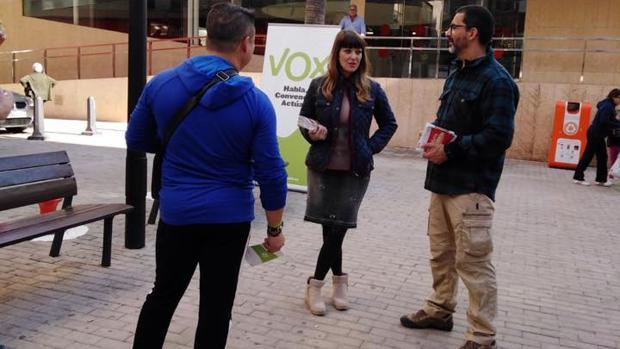 Miembros de Vox En El Ejido en una mesa informativa durante la campaña de las elecciones autonómicas.