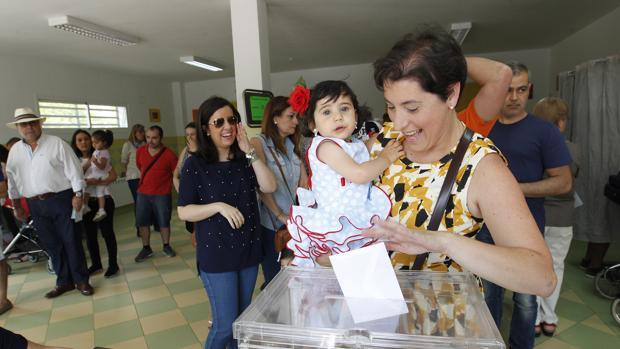 Una mujer vota en las pasadas elecciones municipales de Córdoba