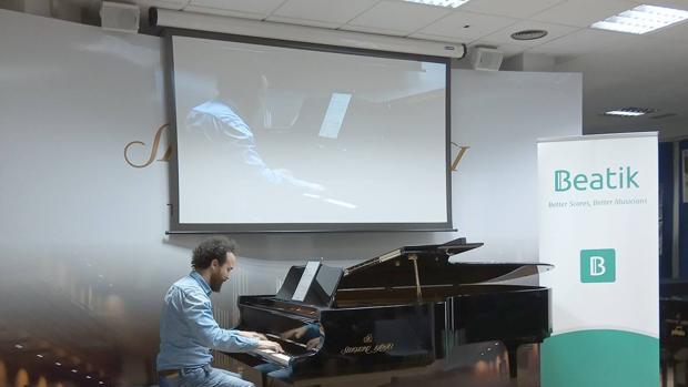 Demostración al piano en el Shigeru Kawai Center de la capital de España
