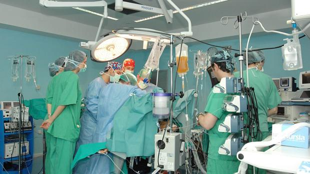 Cirujanos en un quirófano del Reina Sofía