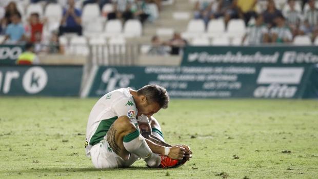 El delantero del Córdoba CF Federico Piovaccar estira en el suelo