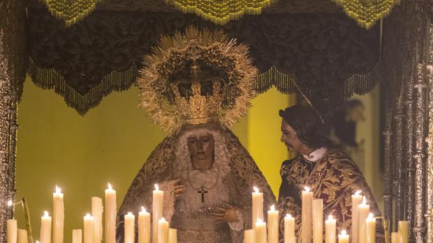 María Santísima de la Amargura, en su paso de palio el Domingo de Ramos de Sevilla