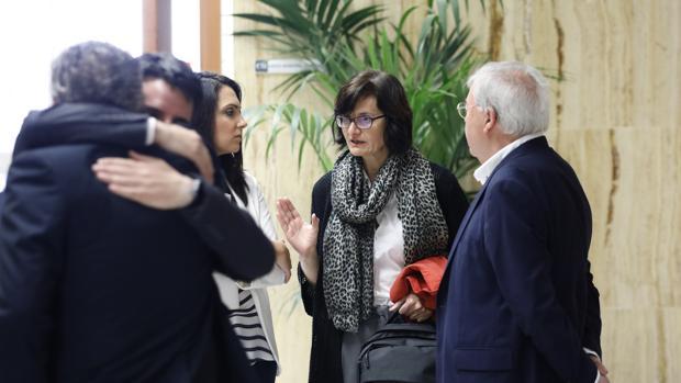 Amparo Pernichi (IU) habla con ediles del PSOE en el Ayuntamiento
