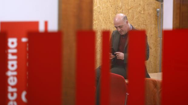 El secretario general del PSOE, Antonio Ruiz, en la sede del partido