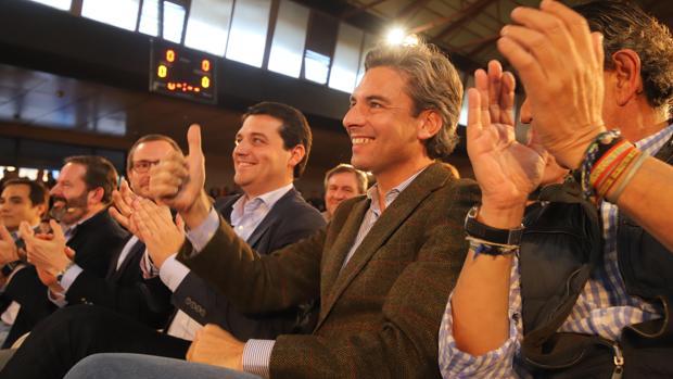 Andrés Lorite saluda en la primera fila de un mitin de Pablo Casado en Córdoba
