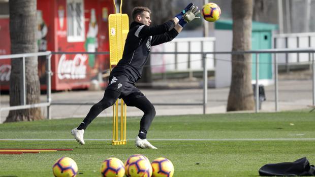 El portero del Córdoba CF Marcos Lavín atrapa un pelota