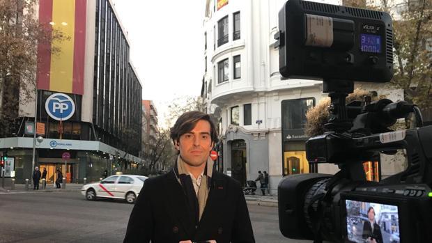 Pablo Montesinos, en una conexión televisiva desde enfrente de la sede del PP en Madrid
