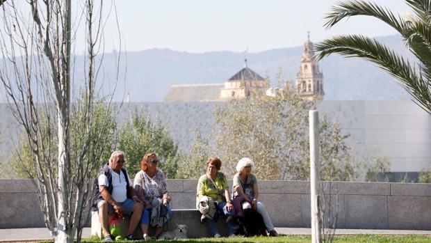 Turistas en manga corta esta misma semana en Córdoba