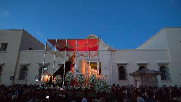 María Santísima de la O durante su salida procesional el Sábado de Pasión por las calles de su barrio