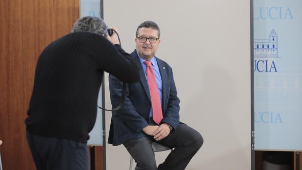 Francisco Serrano, presidente del Grupo Parlamentario de Vox posa para la foto oficial como diputado