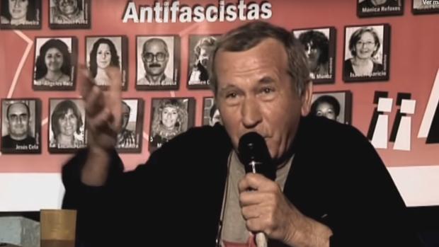 Balmón, en un vídeo de un acto celebrado en 2011; detrás, pancarta con presos del Grapo