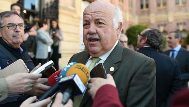 El consejero de Salud, Jesús Aguirre, durante su visita el pasado jueves a Córdoba