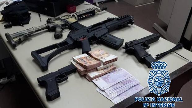 Armas y efectos intervenidos en el registro de la Policía