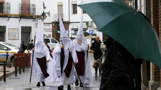 Nazarenos de la Salud de Puerta Nueva, entre paraguas el Domingo de Ramos de 2019