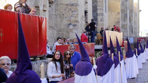 Fila de nazarenos pasando por la actual carrera oficial, en el entorno de la Mezquita-Catedral