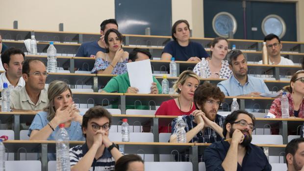 Opositores durante un examen para acceder a la administración