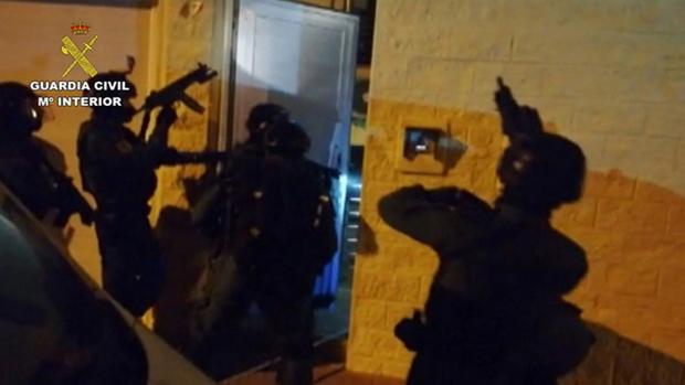 Momento de la intervención de la Guardia Civil durante la operación «Tardo»