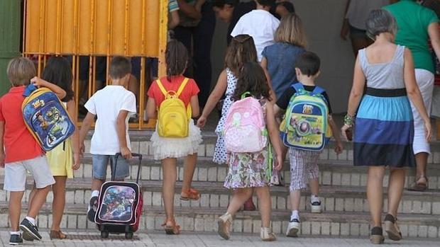 Alumnos de un colegio a la entrada del mismo