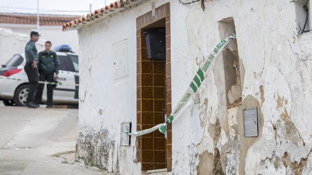 La entrada a la casa de Montoya, precintada por la Guardia Civil