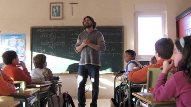 Un profesor imparte clases a sus alumnos